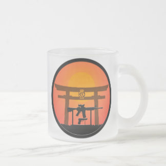 銃のJutsu Toriiのゲートのマグ日 フロストグラスマグカップ