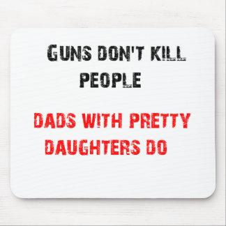 銃は人々を殺しません。 娘を持つパパのため マウスパッド