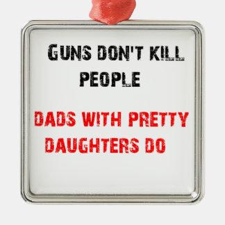 銃は人々を殺しません。 娘を持つパパのため メタルオーナメント