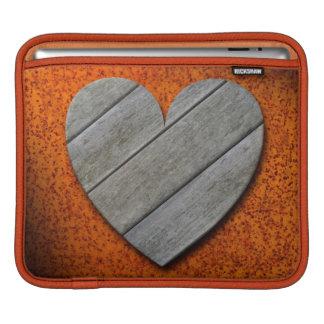 錆ついた背景のiPadの袖の灰色の木のハート iPadスリーブ