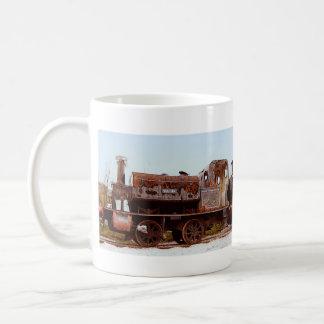 錆ついた鉄道の蒸気機関機関車のコップ コーヒーマグカップ