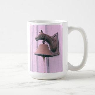 錆ついた馬の鐘の写真のマグ コーヒーマグカップ