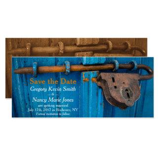 錆つかせたドアロックの青および錆の保存日付カード カード