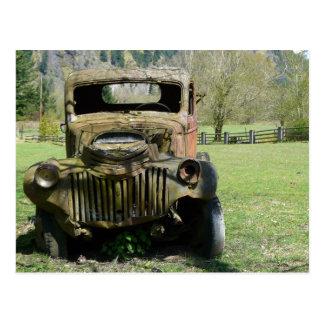 錆つかせた古いぽんこつ自動車のトラック ポストカード