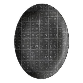 錬金術の記号の黒い黒板の黒板 磁器大皿