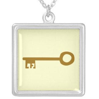 鍵。 クリームのブラウンの鍵 シルバープレートネックレス
