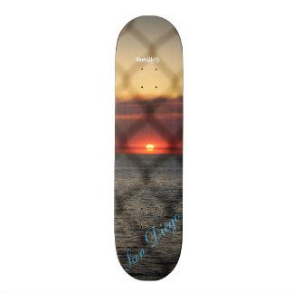 鎖でつながれた日没 スケートボード