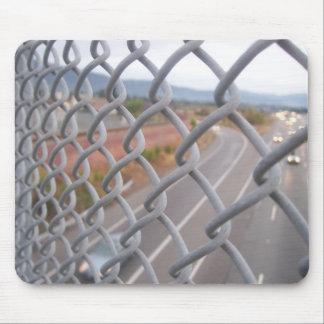 鎖によってつながれる塀 マウスパッド