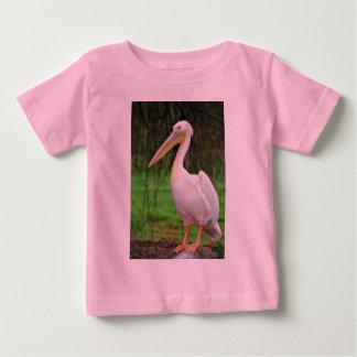 長いくちばしを搭載するピンクのペリカンの鳥 ベビーTシャツ