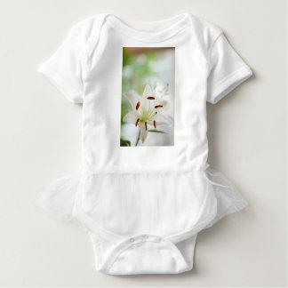 開いた白いユリの花十分に ベビーボディスーツ