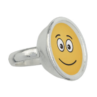 開いた目が付いている微笑の顔 指輪
