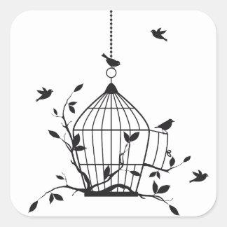 開いた鳥かごを持つ自由な鳥 スクエアシール