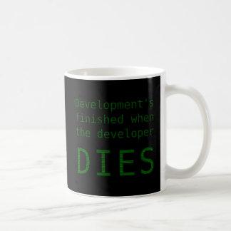 開発は決して終わりません コーヒーマグカップ