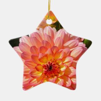 開花のピンクのダリアの花 陶器製星型オーナメント