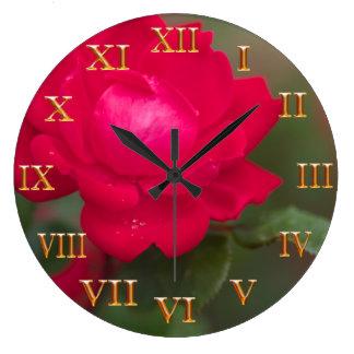 開花の朝の露の金ゴールドのローマ数字の赤いバラ ラージ壁時計