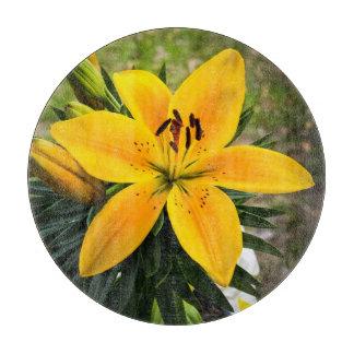 開花の黄色いアジアユリ カッティングボード