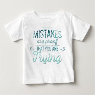 間違いのやる気を起こさせるなタイポグラフィの引用文から学んで下さい ベビーTシャツ