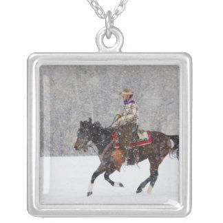 降雪のカウボーイの乗馬 シルバープレートネックレス