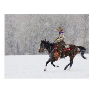 降雪のカウボーイの乗馬 ポストカード