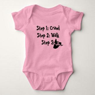 """""""除行歩行そり""""のSledders.comのピンクのベビーのクリーパー ベビーボディスーツ"""
