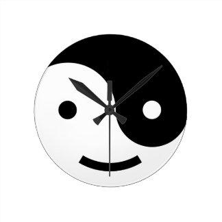 陰陽のにこやかな時計の黒の陰性 ラウンド壁時計