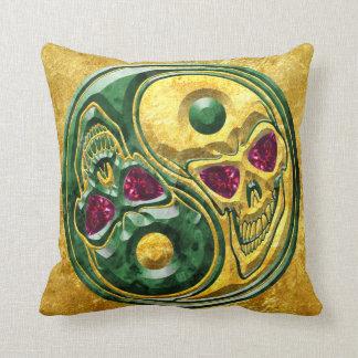 陰陽のヒスイのルビー色の金ゴールドのスカルの円形浮彫り クッション