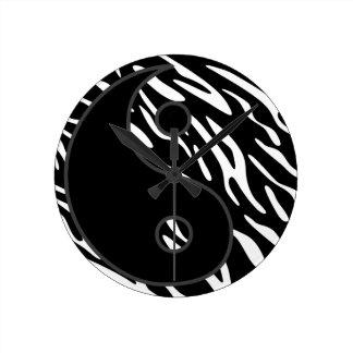 陰陽の白黒シマウマのストライプの柱時計 ラウンド壁時計