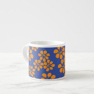 陶磁器のエスプレッソのコップ。 花模様のデザイン エスプレッソカップ