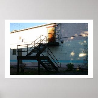 階段の吹き抜けの太陽光線 ポスター
