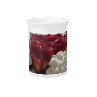 隔離される新しい果実が付いている柔らかいフルーツのチーズケーキ ピッチャー