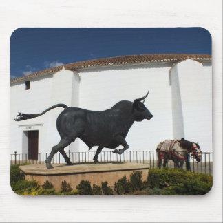 雄牛およびスペイン人の馬の彫像 マウスパッド