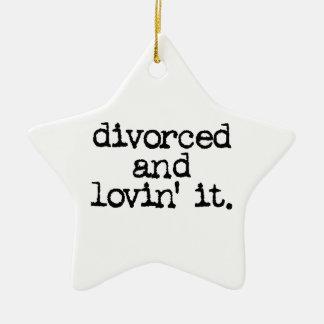 """離婚するおもしろいな離婚のギフト""""およびlovinそれ。"""" セラミックオーナメント"""
