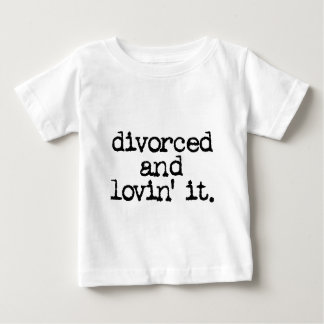 """離婚するおもしろいな離婚のギフト""""およびlovinそれ。"""" ベビーTシャツ"""
