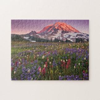 雨の国立公園のカラフルな花 ジグソーパズル