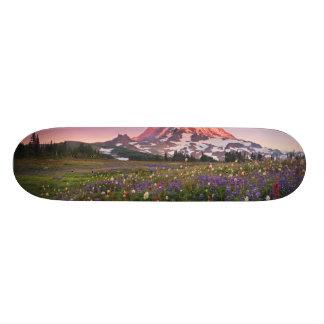 雨の国立公園のカラフルな花 スケートボードデッキ