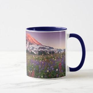 雨の国立公園のカラフルな花 マグカップ