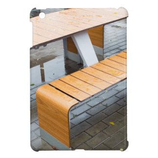 雨の後で通りの屋外のカフェのテーブルをぬらして下さい iPad MINI CASE