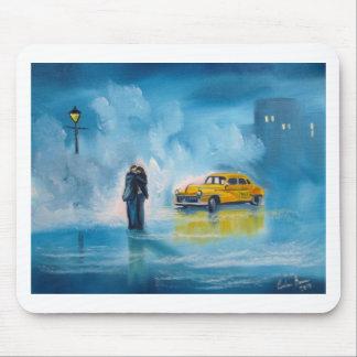 雨の日のカップルの黄色のタクシー マウスパッド