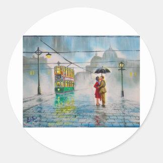雨の日のロマンチックなカップルの傘の市街電車の絵画 ラウンドシール