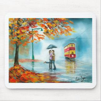 雨の日の秋の赤い市街電車の傘のロマンチックなカップル マウスパッド