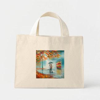 雨の日の秋の赤い市街電車の傘のロマンチックなカップル ミニトートバッグ