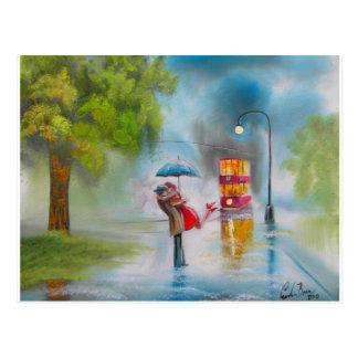 雨の日の赤い市街電車のロマンチックなカップルの傘 ポストカード