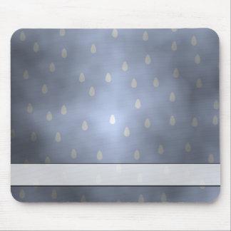 雨の曇った嵐の空。 灰色および青 マウスパッド