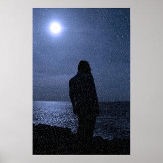 雨の間の崖の端の単独女性のシルエット ポスター