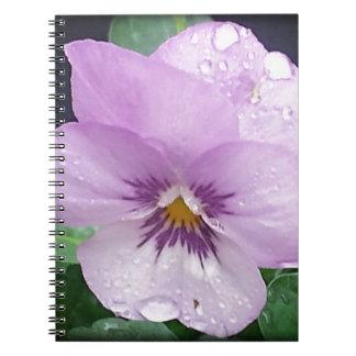 雨を持つラベンダーのパンジー ノートブック