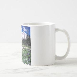 雨公園の季節的な美しい コーヒーマグカップ