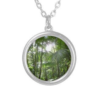 雨林のおおいの熱帯緑による日光 シルバープレートネックレス