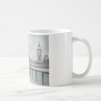 雪が多いロンドンゴードンブルースのカップルの歩く コーヒーマグカップ