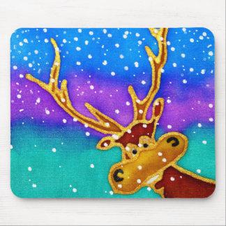 雪が多くカラフルな背景の間抜けな雄鹿 マウスパッド