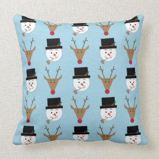 雪だるまおよびトナカイの淡いブルーのクリスマスの枕 クッション